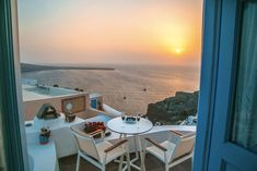 If you are wondering where to stay in Santorini or specifically looking for Airbnb Santorini rentals, you have come to the right place! I've rounded up the twelve best Santorini Airbnb options in the best place to stay in Santorini. Greece Honeymoon, Greece Vacation, Greece Travel, Cheap Hotels In Santorini, Best Hotels In Greece, Greek Decor, Cave Hotel, Jacuzzi Outdoor, Rooms For Rent