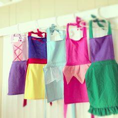Que idéia boa de lembrancinha para as meninas: aventais inspirados nas roupas das princesas! Você encontra na Etsy Hello Kitty com estilo!!Uma festinha feita com carinho e cheia de coisas …