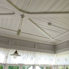 Glimsin uuden päärakennuksen lasiverannan katossa riittää talonhajaalle hetkeksi ihmeteltävää. Elokuinen sää alkaa Etelä-Suomessakin taittua jo syksyyn päin. Sen huomaa aina ensimmäiseksi aamuisin viileästä kuistista. Yksinkertaiset ikkunat ja lähes eristämätön rakenne eivät paljon lämpöä pidä. Eteishallin ja kuistin välisen oven eteen pitää pian kaivaa raskas sametti- tai villaverho lämpöä pitämään. Ronskimpaan tapaan verhon voi toteuttaa vaikka armeijan ylijäämä-villahuovalla. Kevyemmän…