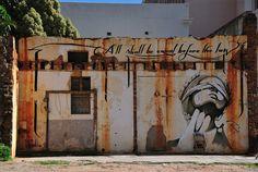 A arte pode ocupar as brechas deixadas pela exclusão e retraçar conexões perdidas entre as pessoas e a cidade em que moram. Exemplo disso é a prática revolucionária da artista sul africana Faith47