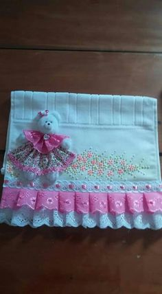 Sewing Projects, Projects To Try, No Sew Curtains, Baby Sewing, Baby Quilts, Bed Sheets, 3 D, Embroidery Designs, Apron