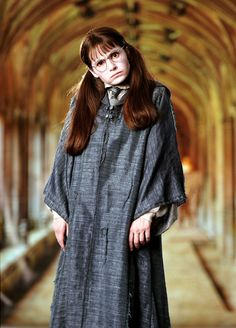 Shirley Henderson as 'Moaning Myrtle', a Muggle-born witch from Ravenclaw who was killed by the Basilisk of Salazar Slytherin acting under the orders of Tom Riddle. She haunts the first-floor bathroom at Hogwarts. Saga Harry Potter, Harry Potter Cosplay, Harry Potter Characters, Harry Potter World, Harry Potter Hogwarts, Daniel Radcliffe, Moaning Myrtle Costume, Emma Watson, Ravenclaw