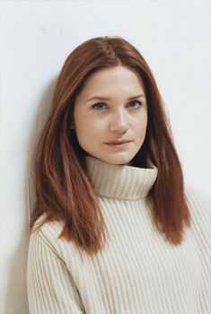 The youngest Weasley sibling is joining the 2018 Wizarding festivities this January. Universal and Warner Bros. announced today that Bonnie Wright, known for playing Ginny Weasley. Bonnie Wright, Bonnie Francesca Wright, Art Harry Potter, Harry Potter Actors, Christina Hendricks, Carrie Underwood, Harry And Ginny, Celebs, Celebrities