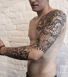 Inspiração Tribal tatuagem manga. Com tinta preto todas as diferentes formas e desenhos sobre a tatuagem dar o olho de uma festa de criatividade. Como um projeto conecta uns aos outros, graciosamente, também é notável.