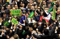 Deputados comemoram após processo de impeachment de Dilma Rousseff ser aprovado na Câmara, com 367 votos a favor e 137 contra - 17/04/2016