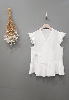 민소매 프릴 저고리 만들기 : 네이버 블로그 Korean Traditional, Sewing Basics, Couture, Korean Outfits, Sewing Tutorials, Womens Fashion, Pattern, Clothes, Tops