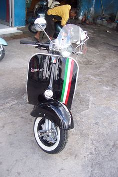 Trying to decide whether I want this on my Vespa. Love it but all black is gorgeous. Piaggio Vespa, Lambretta Scooter, E Scooter, Vespa Scooters, Vintage Motorcycles, Cars And Motorcycles, Vespa Italy, Vespa Px 200, Cafe Racing