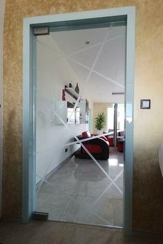 sklenené kyvné dvere na rohových pántoch osadené v sklenenej zárubni Mirror, Furniture, Home Decor, Decoration Home, Room Decor, Mirrors, Home Furnishings, Home Interior Design, Home Decoration