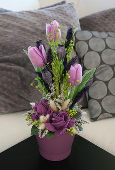 Jarní+keramika+s+tulipány+-+ve+fialové+Jarní+nebo+velikonočnídekorace+vkeramicevefialovýchodstínech.+Dekorace+jezdobenápěnovými+růžemi,+umělými+tulipányatravinami.+Velikostdekorace+je+cca:+výška32+cm,šířka15+cm.