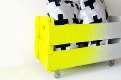 Caixote branco e amarelo luminoso com rodízios.