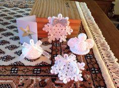 Patroon engeltje staat op mijn bord haken voor de feestdagen ( engeltje met groen strikje) Klein balletje en sneeuwvlokje. - vanmorgen even lekker gehaakt toen het buiten nog donker was.