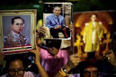 Tailandeses em luto pela morte do Rei Bhumibol Adulyadej. A população da Tailândia está de luto pela morte do Rei Bhumibol Adulyadej, monarca que teve...