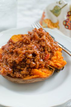 Paleo Sloppy Joes - a paleo take on the classic using sweet potatoes! Easy and delicious - even the non-paleo people in your ilfe will love it! Paleo Sloppy Joes, Sloppy Joes Recipe, Healthy Diners, Dinner Entrees, Paleo Whole 30, How To Eat Paleo, Sweet And Spicy, Paleo Recipes, Healthy Eating