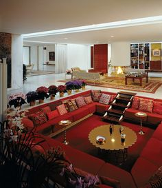Bring back the Conversation Pit. Miller House, Columbus, Indiana, View of central living area with cold-weather upholstery designed by Alexander Girard. Photo by Balthazar Korab Living Room 70s, Sunken Living Room, Living Room Decor, Living Area, Miller House, Living Room Upholstery, Upholstery Trim, Upholstery Cushions, Upholstery Nails