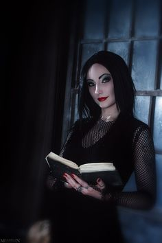 Addams Family Values - Morticia Addams by on DeviantArt Halloween Looks, Halloween Fancy Dress, Halloween Cosplay, Cosplay Costumes, Happy Halloween, Morticia Addams Costume, Addams Family Morticia, Family Cosplay, Gothic People