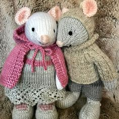 With a hooded cape #littlecottonrabbits #knitted #handmadeisbetter #handmadewithlove #knittingwithlove #knittedmouse #knittedcreatures #knittingaddict