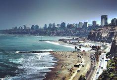 #Lima es la ciudad capital de la República del #Perú. Se encuentra situada en la costa central del país a orillas del océano #Pacífico conformando una extensa y populosa área urbana conocida como Lima Metropolitana flanqueada por el desierto costero y extendida sobre los valles de los ríos #Chillón #Rímac y #Lurín.  Según el censo #peruano de 2007 Lima contaba con más de 76 millones de habitantes; mientras que su aglomeración urbana contaba con más de 85 millones de habitantes lo que supone…