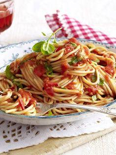 Spaghetti all arrabbiata . - Nudeln / Pasta - - Spaghetti all'arrabbiata . Spaghetti im wütenden Mehr Spaghetti Recipes, Pasta Recipes, Pasta Spaghetti, Vegan Pasta Sauce, Tortellini, Italian Recipes, Italian Cooking, Food To Make, Veggies