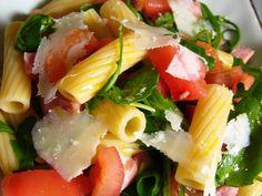 pâtes, jambon blanc, tomate, roquette, parmesan, huile, ail, vinaigre de vin, huile d'olive, poivre, sel