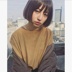 すとんとおろした前髪は少し幼くなってしまうのではないか、と心配かもしれませんがそんなことはありません。ナチュラル感をだして前髪をおろせば大人可愛い仕上がりとなりますよ。 Korean Short Hair, Short Hair Cuts, Lala Instagram, Mullet Hairstyle, Shot Hair Styles, Hair Arrange, Japanese Hairstyle, Different Hairstyles, How To Make Hair