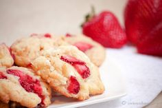 Chewy Strawberry Marshmallow Cookies- Are you kidding me ? Just Desserts, Delicious Desserts, Yummy Food, Strawberry Recipes, Strawberry Cookies, Yummy Treats, Sweet Treats, Cookie Recipes, Dessert Recipes