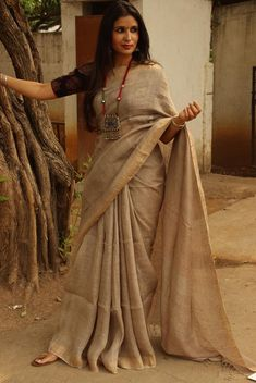We should have named this one Grace . A handwoven linen sarees in the most perfect khaki! Umn for days when you don't want to wear those regular khaki pants . Rs 4500'.