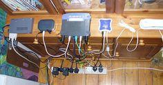 Czym różnią się popularne standardy Wi-Fi.Co to jest Wi-Fi?Wi-Fi – potoczne określenie zestawu standardów stworzonych do budowy bezprzewodowych sieci komputerowych. Szczególnym zastosowaniem Wi-Fi jest budowanie sieci lokalnych (LAN) opartych na komunikacji radiowej, czyli WLAN. Zasięg od kilku metrów do kilku kilometrów i przepustowości sięgającej 300 Mb/s, transmisja na dwóch kanałach ...