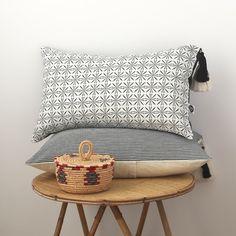 Housse de coussin LEOTIE, l'esprit bohème !  Housse de coussin format rectangle 30 X 50 cm, recto tissu coton et lin imprimé noir sur fond blanc cassé accessoirisé de deux po - 16419456