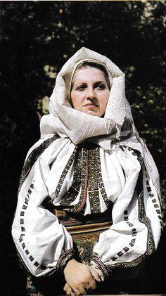 Vrancea, Moldavia Folk Clothing, Medieval Clothing, Folk Costume, Costumes, Folk Embroidery, Traditional Outfits, Cross Stitch Patterns, Folk Art, Anthropologie