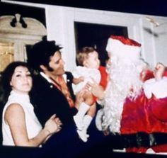 Christmas at Graceland - Elvis, Priscilla, Lisa Marie, and Vernon dressed up as Santa. Elvis Presley Christmas, Elvis Presley Family, Elvis Presley Photos, Lisa Marie Presley Son, Elvis And Priscilla, Priscilla Presley, Graceland Elvis, Graceland Mansion, Elvis Presley Memories