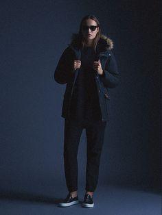 Carhartt WIP – zimní bunda (parka) s kapucí s kožíškem – dámská – tmavě modrá, kalhoty joggers – podzim/zima 2015, dámské oblečení