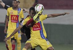 Luis Jaramillo of Panama's Chorrillo FC (front) fights for the ball with Ariel Rodriguez of Costa Rica's Liga Deportiva Alajuelense during their CONCACAF Champions League soccer match in Alajuela City August 28, 2014. REUTERS/Juan Carlos Ulate