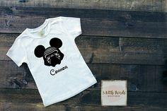 Disney inspirado Orejas de Mickey de Kylo Ren t-shirt Niño tallas de camiseta (camisas blancas son marca Gildan o creaciones por gracia) * Consulte la tabla de medidas en las fotos. Gildan camisetas de niño (2t-5t) ejecutan un tamaño pequeño, por favor, elige en consecuencia *