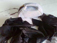17. Para o exterior empregamos uns anacos de diversos tecidos negros sobrantes doutros traballos. Para o interior da asa un tecido elástico, para o resto algodón e viscosa para o exterior dos laterais.
