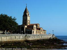 Gijón, Playa de S. Lorenzo y Parroquia Mayor de San Pedro. Gijón, San Lorenzo Beach and Church of San Pedro.