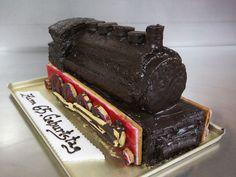 Leckere Geburtstags-Torte als Zug mit Keksen und Schokoladenguss.