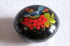 Boite en laque artisanat russe signée avec décor de fruits, feuillage et d'oiseau vintage de la boutique MyFrenchIdeedAntique sur Etsy