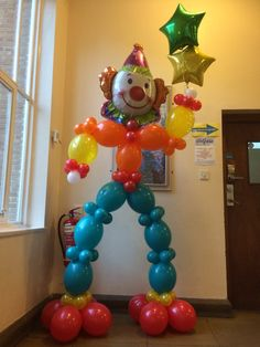 Need help to welcome your guests? This balloon clown is the perfect balloon decor. The balloons he's holding can be personalised to your own celebration