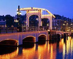 El #MagereBrug, 'El Puente Delgado' de #Ámsterdam, es considerado por muchos como el paso sobre los canales más hermoso de la ciudad y de todos los que cruzan el río #Amstel. http://www.guias.travel/blog/pasate-el-magere-brug-el-puente-de-alas-de-amsterdam/ #turismo #viajar #Holanda
