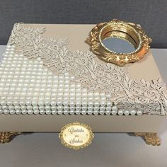 Use frame on box (pearls, lace, cigar, mirror, gold) Jewellery Boxes, Jewelry Box, Cigar Box Crafts, Altered Cigar Boxes, Decoupage Box, Pretty Box, Frame Crafts, Keepsake Boxes, Trinket Boxes