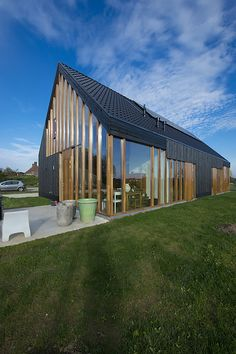 Built by Onix Architects in Boxmeer, The Netherlands with date Images by Maarten Laupman. As a Blackbird drying it's wings in the sun, Onix Architects' black house has landed in a rural area in the south-eas. Modern Shed, Modern Houses, Rural House, Dome House, Shed Homes, Street House, Green Building, Residential Architecture, Architecture Details