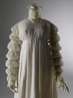 Muslin dress 1816 with à la mamelouk sleeves. Featured in the Jane Austen Fashion Exhibit Melbourne. Historical Costume, Historical Clothing, 1800s Fashion, Vintage Fashion, Muslin Dress, Cotton Muslin, Regency Dress, Regency Era, Vintage Dresses