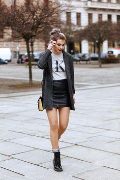 bien habillée, sac à main en cuir noir et jaune, coiffure cheveux attachés en chignon haut