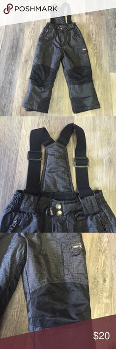 ❄️HP❄️ Kids snow overalls Detachable suspenders, easy on and off, 3 outside pockets, elastic ankle lining, excellent practically new condition, water resistant and warm. Snap and zipper front. Unisex. Marked XS or 5/6 Bottoms Overalls
