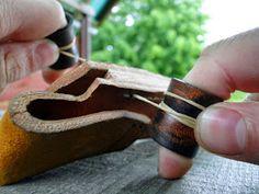 Andrzej Woronowski Custom Knives: [TUTORIAL] How to make a simple leather sheath? Diy Leather Knife Sheath, Diy Leather Holster, Leather Belt Bag, Leather Tooling, Knife Sheath Making, Knife Making, Knife Holster, Holsters, Diy Leather Projects