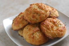 S - Cheesy-Cheese Garlic Biscuits (Grain-Free Red Lobster Biscuits) - Satisfying Eats Low Carb Recipes, Real Food Recipes, Snack Recipes, Cooking Recipes, Snacks, Flour Recipes, Paleo Recipes, Bread Recipes, Low Carb Bread