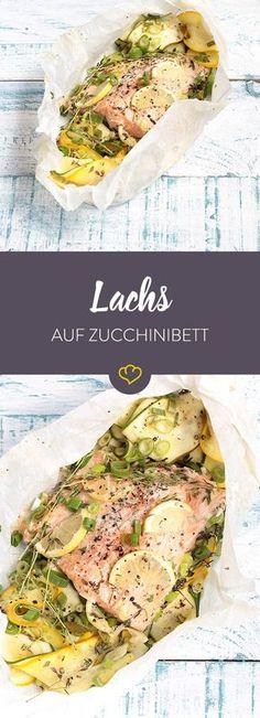 Gelbe Zucchini, grüne Zucchini und darauf ein butterzart gegartes Lachsfilet. Das perfekte Arompäckchen für laue Abende auf dem Balkon oder im Garten.