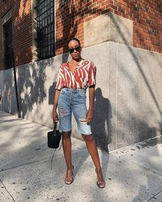 Denim Shorts Outfit Summer, Bermuda Shorts Outfit, Long Jean Shorts, Bermuda Jeans, Knee Length Denim Shorts, Denim Outfits, Denim Overalls, Denim Fashion, Fashion Outfits