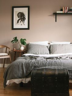 12 Nicely Neutral Rooms without White Walls / Design*Sponge (Benjamin Moore 1241 Morristown Cream) Tan Walls, Neutral Walls, White Walls, Tan Bedroom Walls, Mauve Walls, Mauve Bedroom, Bedroom Neutral, Neutral Paint, Painting Bedroom Walls