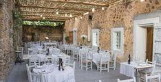 Als je, net als ik, houdt van lekker eten, een moderne maar traditionele inrichting en authentieke gerechten heb ik een hele goede tip voor je. Deze keer geen vakantieadresje, maar mijn nieuwe culinaire ontdekking op Ibiza waar de kok de sterren van de hemel kookt: Oleoteca Ses Escoles. Oleoteca Ses Escoles op Ibiza is zo'n adresje waar ik al een paar keer langs ben gereden. Je kunt het naast de E-10 richting Sant Joan makkelijk zien liggen en ik had er al veel goede verhalen over gehoord…
